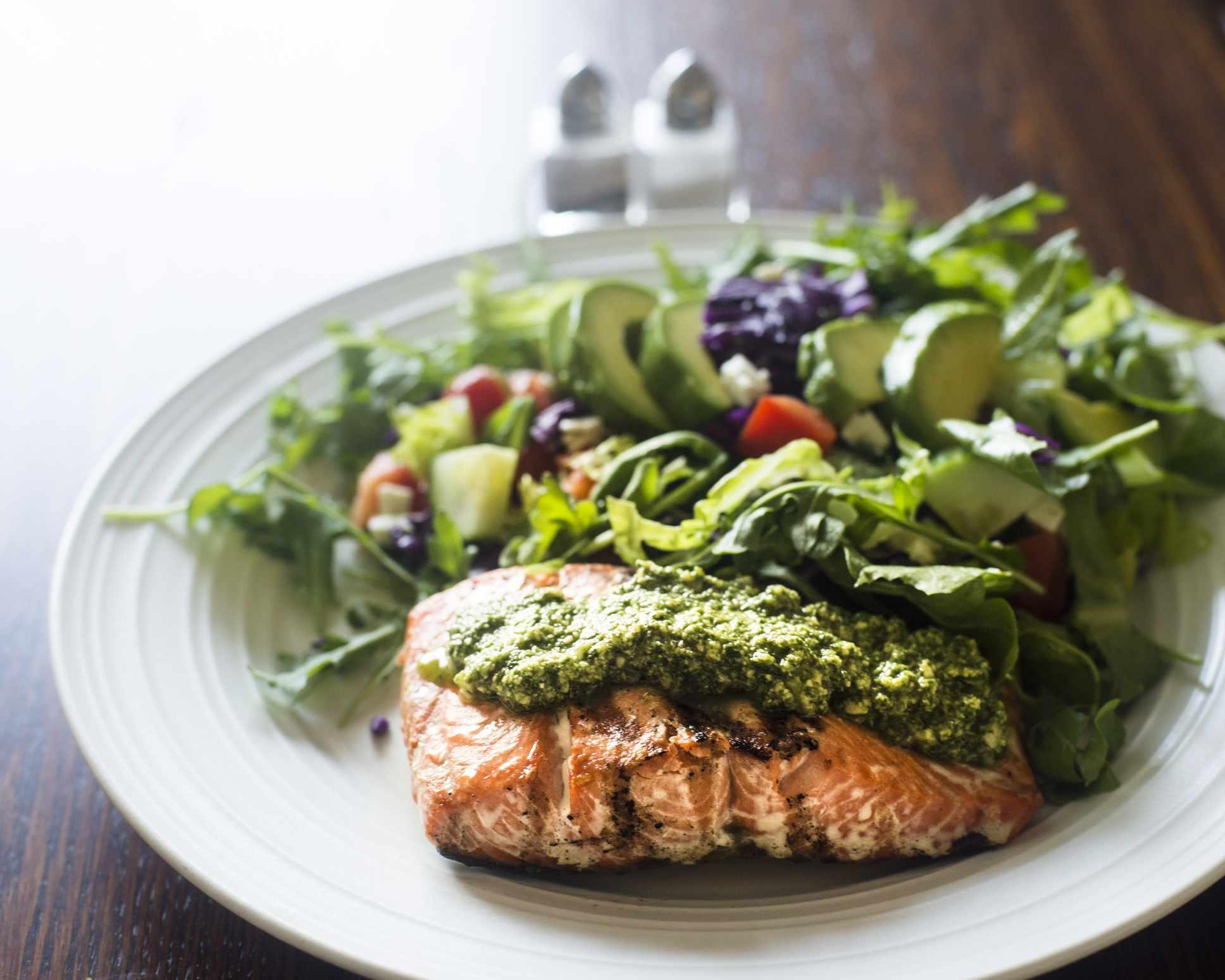 Filete de salmón al pesto y ensalada