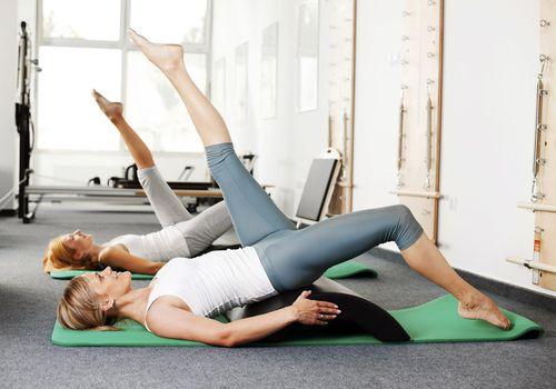 Mujeres haciendo ejercicios de Pilates.