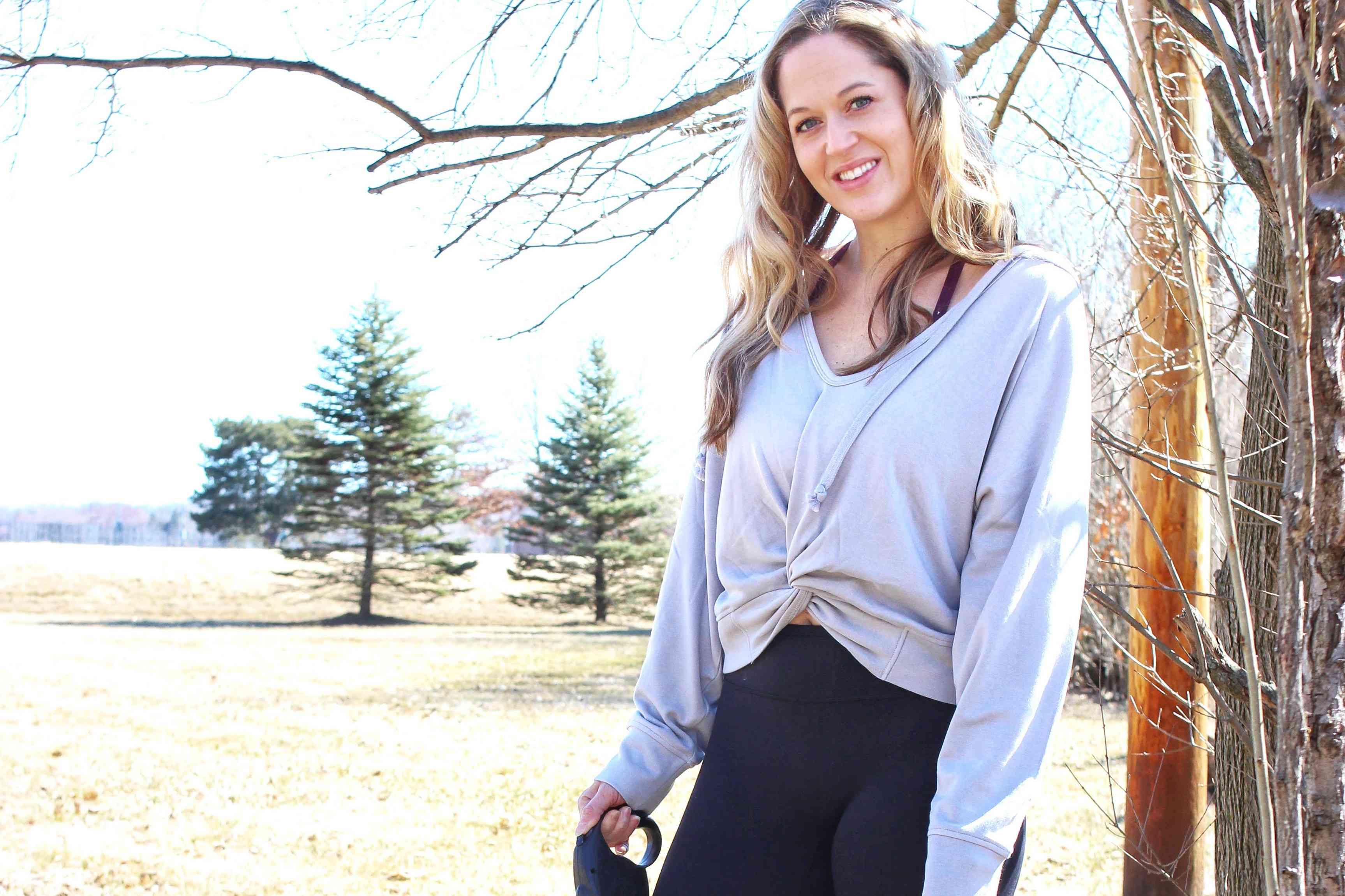 Una mujer con ropa de Fabletics afuera