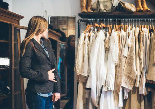 Mujer probándose chaqueta en la tienda