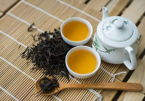 oolong tea in tea cups with tea pot