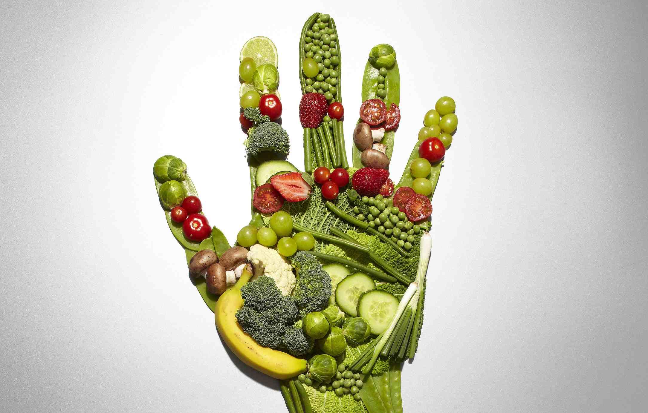 Frutas y verduras formando una mano.