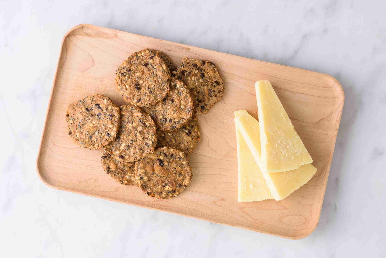 plato de queso y galletas