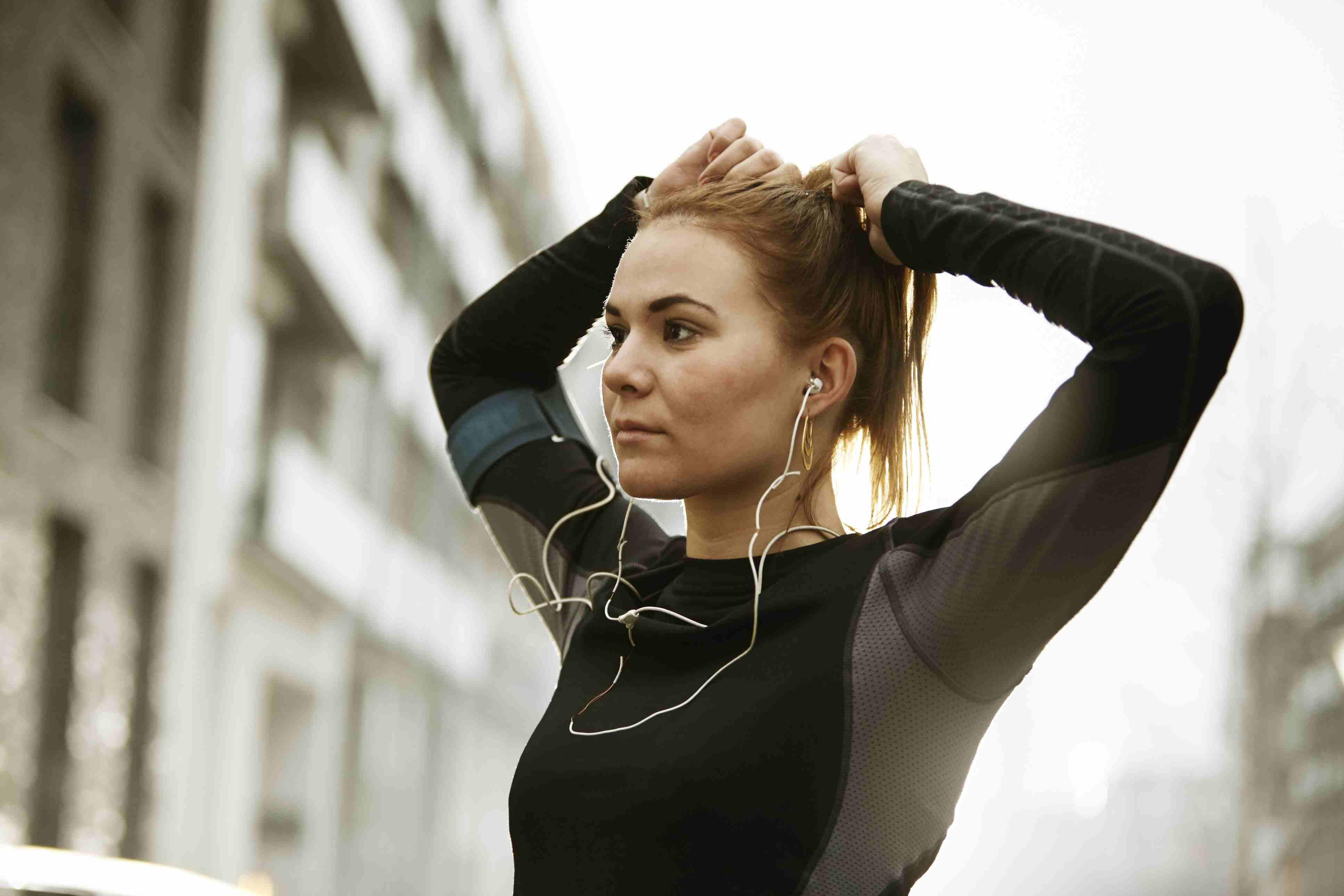 Mujer escuchando música y haciendo ejercicio