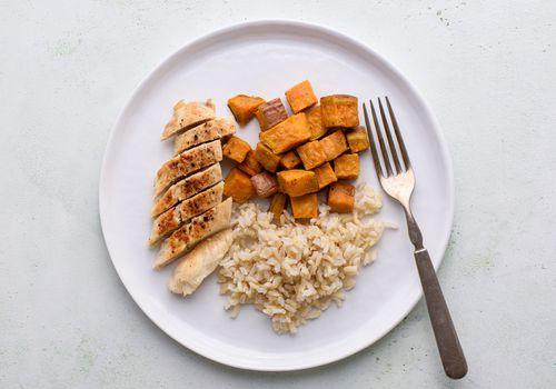 plato de pollo, arroz y batatas