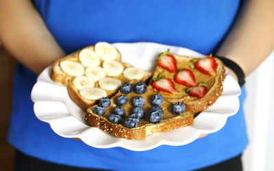 Nut butter and fruits vegan toasts