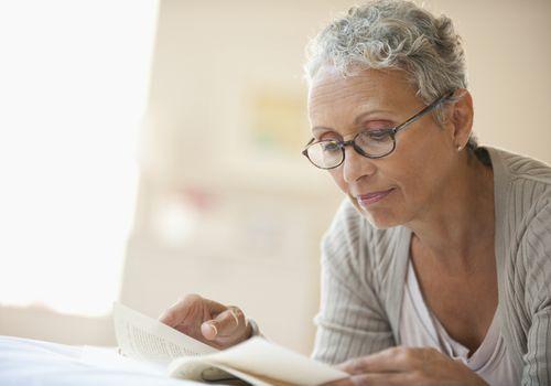 Libro de lectura de mujer afroamericana