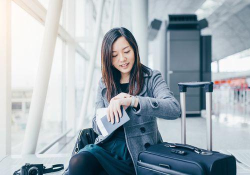 Mujer comprobando sus pasos de servicio en el aeropuerto