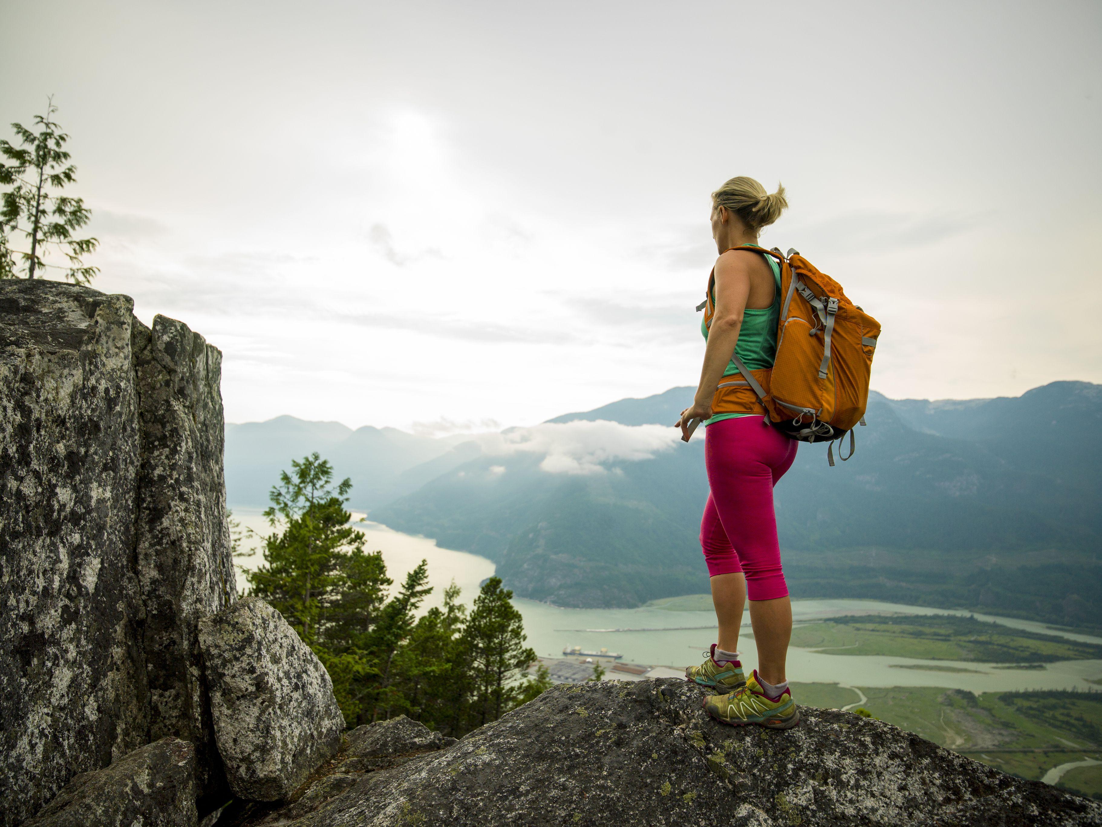 Caminante mira desde la cresta de la montaña