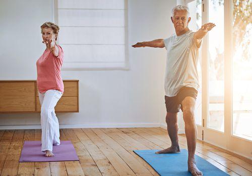 Pareja mayor haciendo yoga