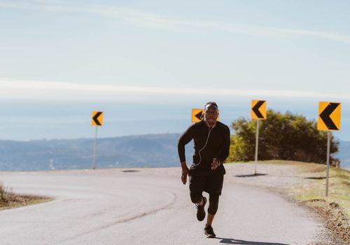 hombre corriendo rápido cuesta arriba