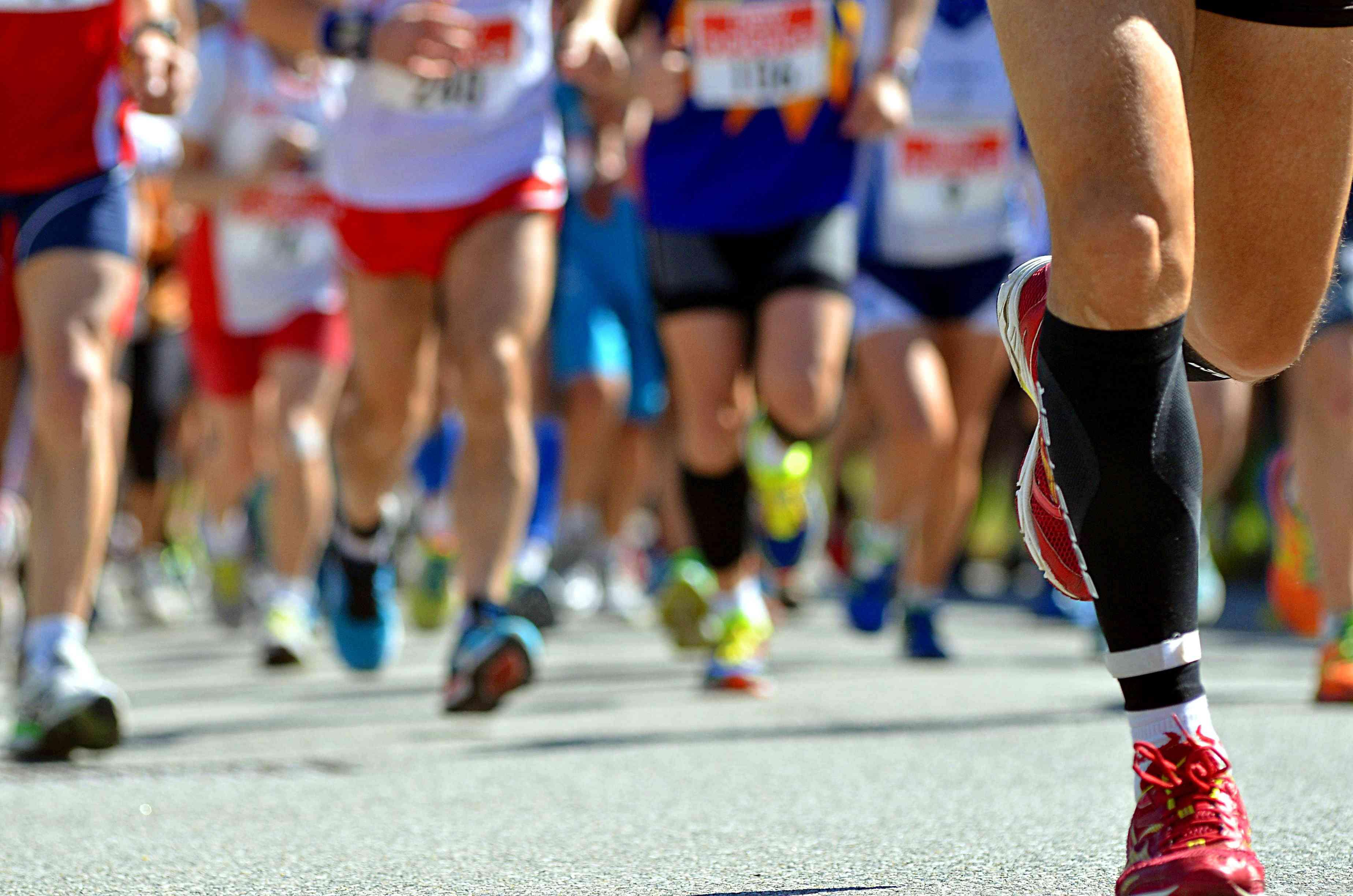 Bajo la sección de gente corriendo en la calle en maratón