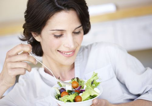 hábitos alimenticios saludables - mujer comiendo ensalada