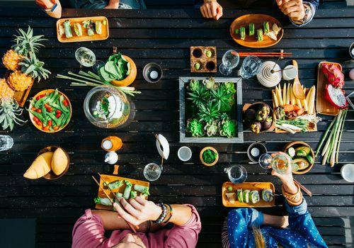 Fotografía cenital de alimentos saludables sin gluten en un restaurante