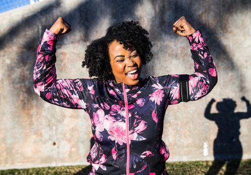 Divertido retrato de una joven mujer con curvas negro durante una sesión de entrenamiento