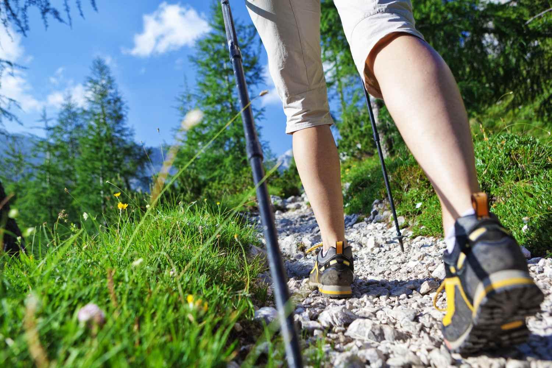 Zapatos de trail y bastones en Rocky Trail