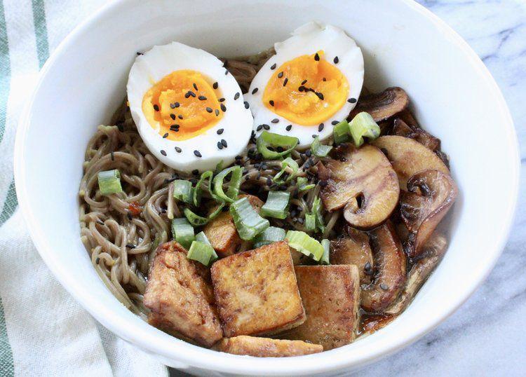 Tazón de ramen vegetariano del blog de alimentos Eleat Sports Nutrition