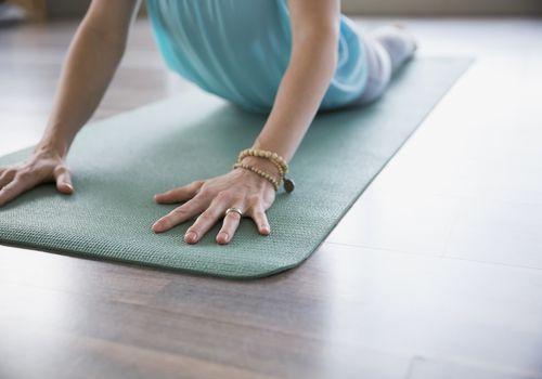 Mujer practicando yoga en pose de cobra