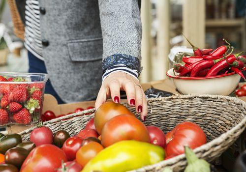 Agarrando un tomate