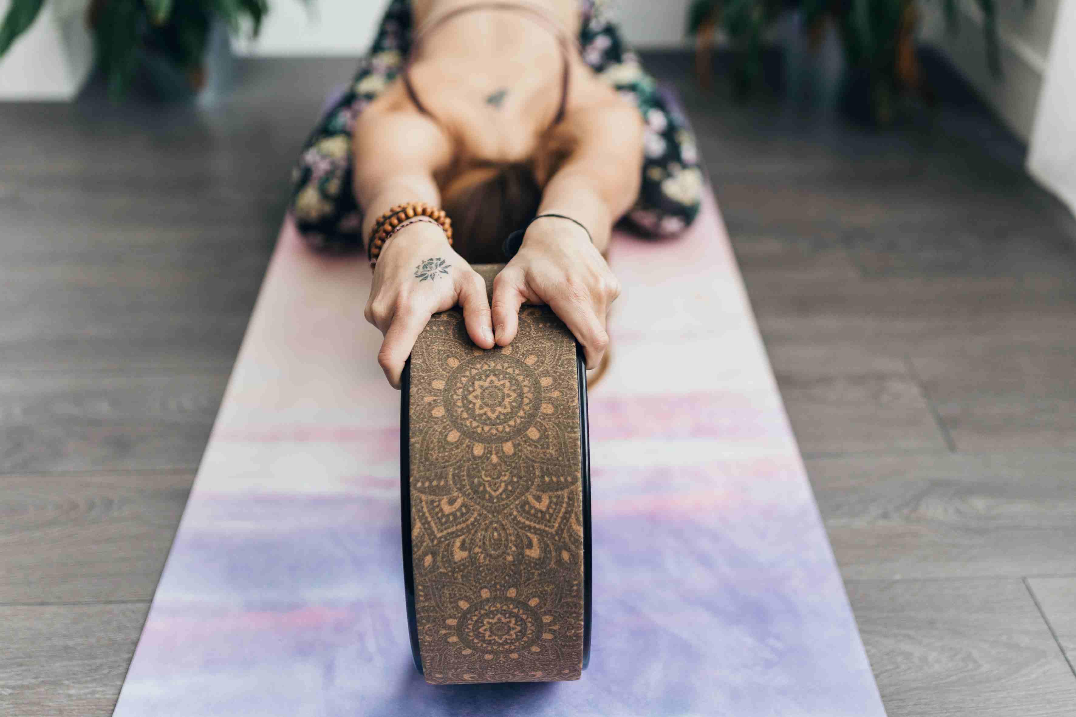 postura del niño de la rueda de yoga