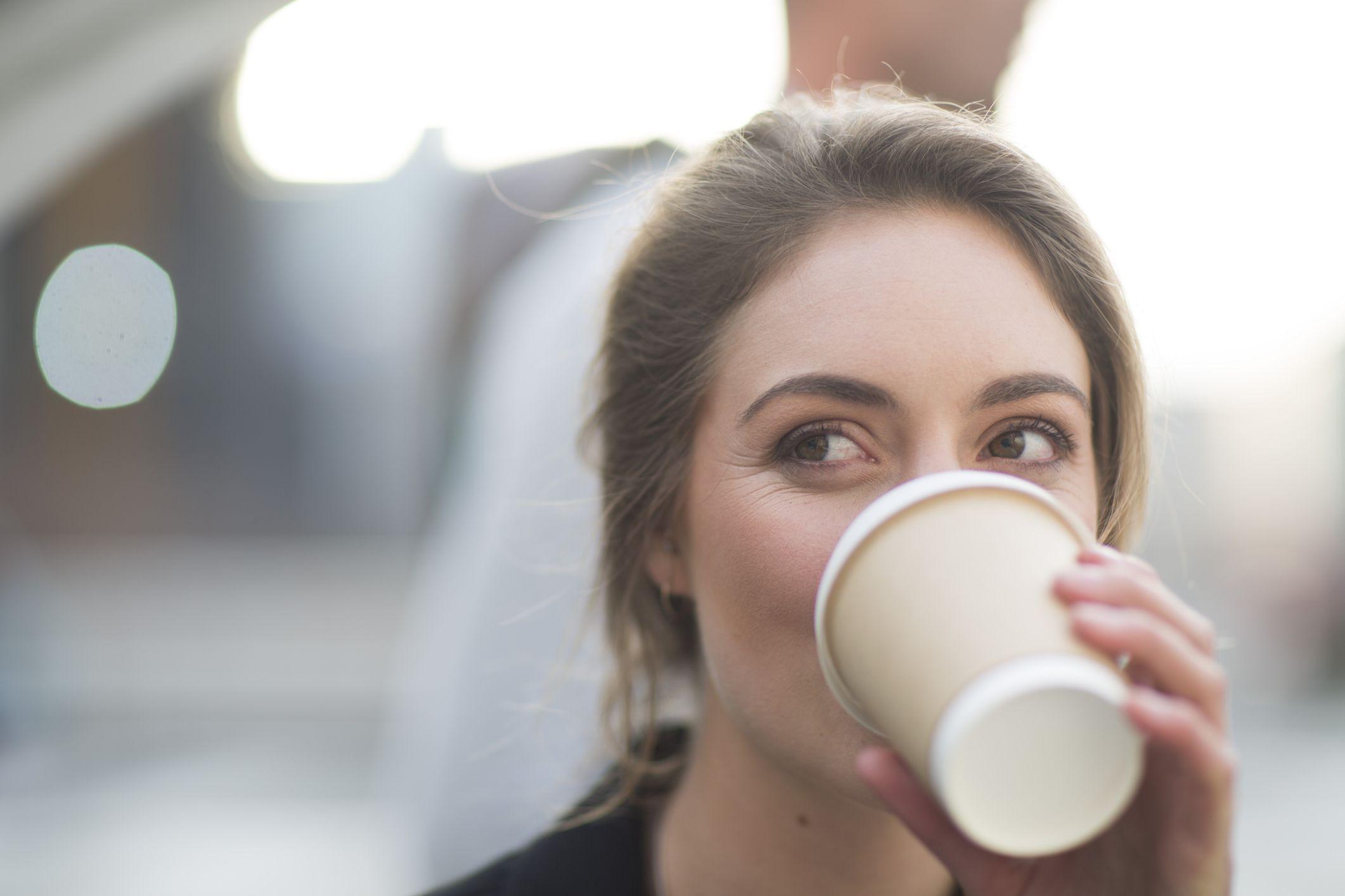doman tomando cafe