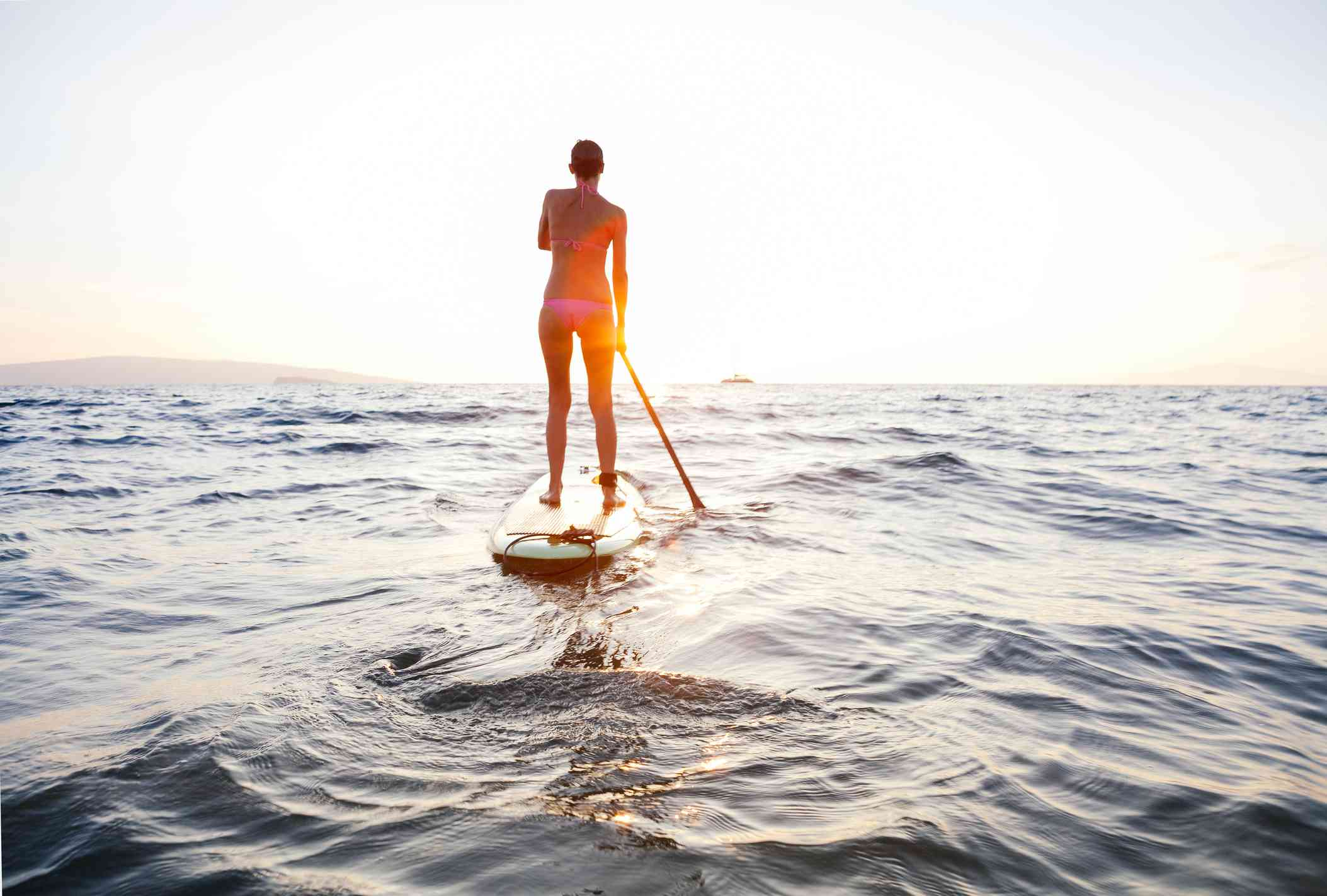 Mujer haciendo surf de remo en el océano