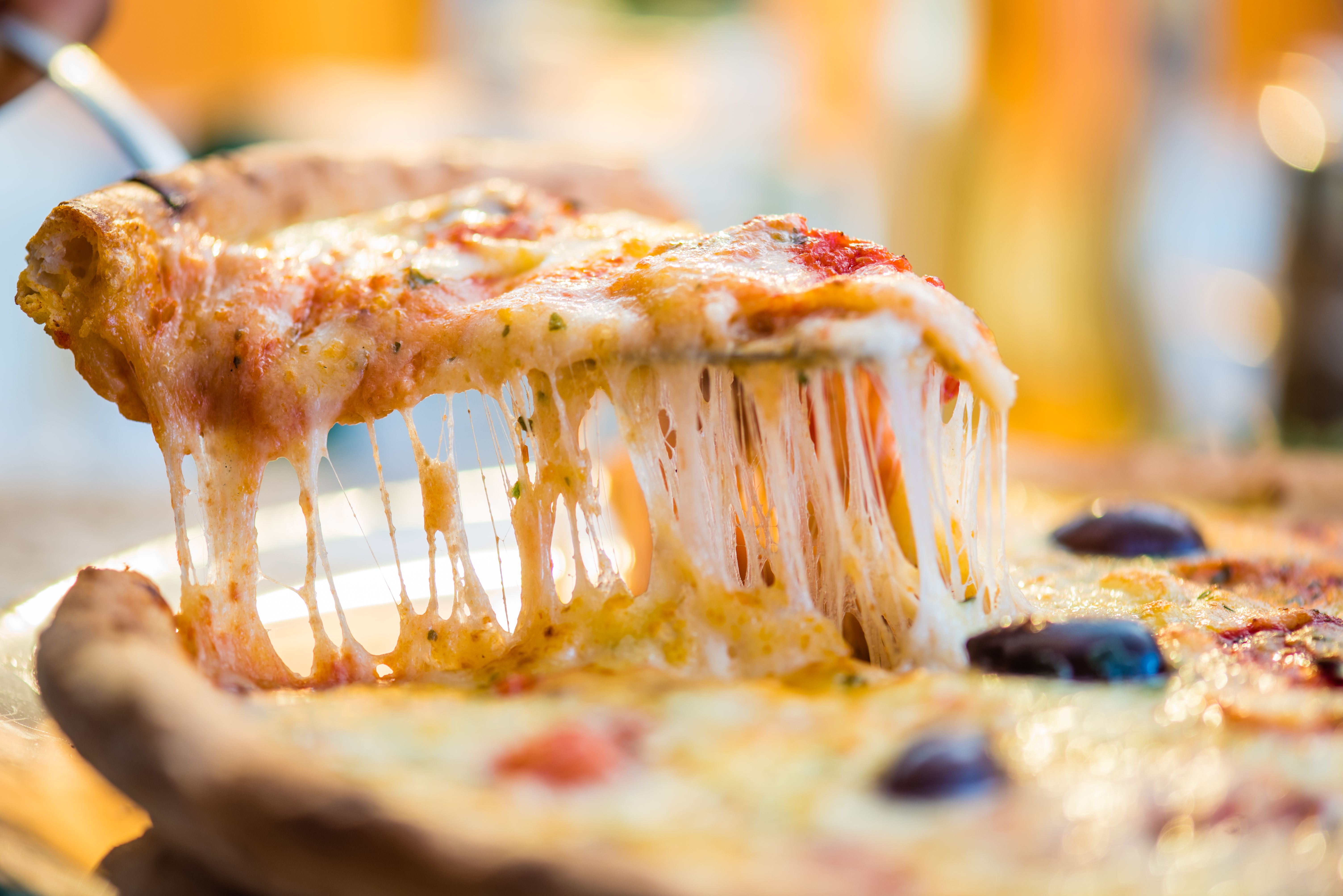 Primer plano de rebanada de pizza en la espátula.