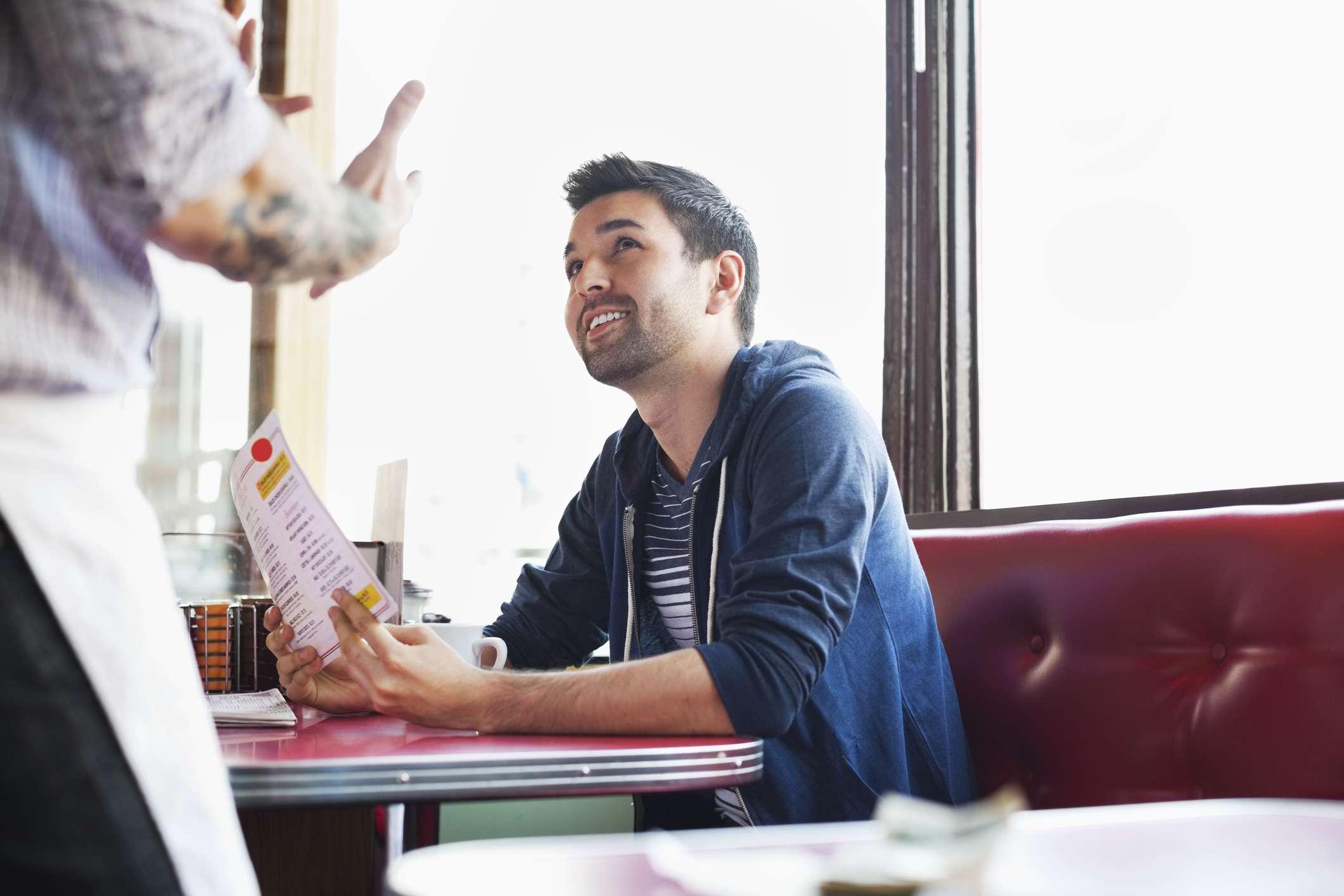 hombre ordenando en restaurante