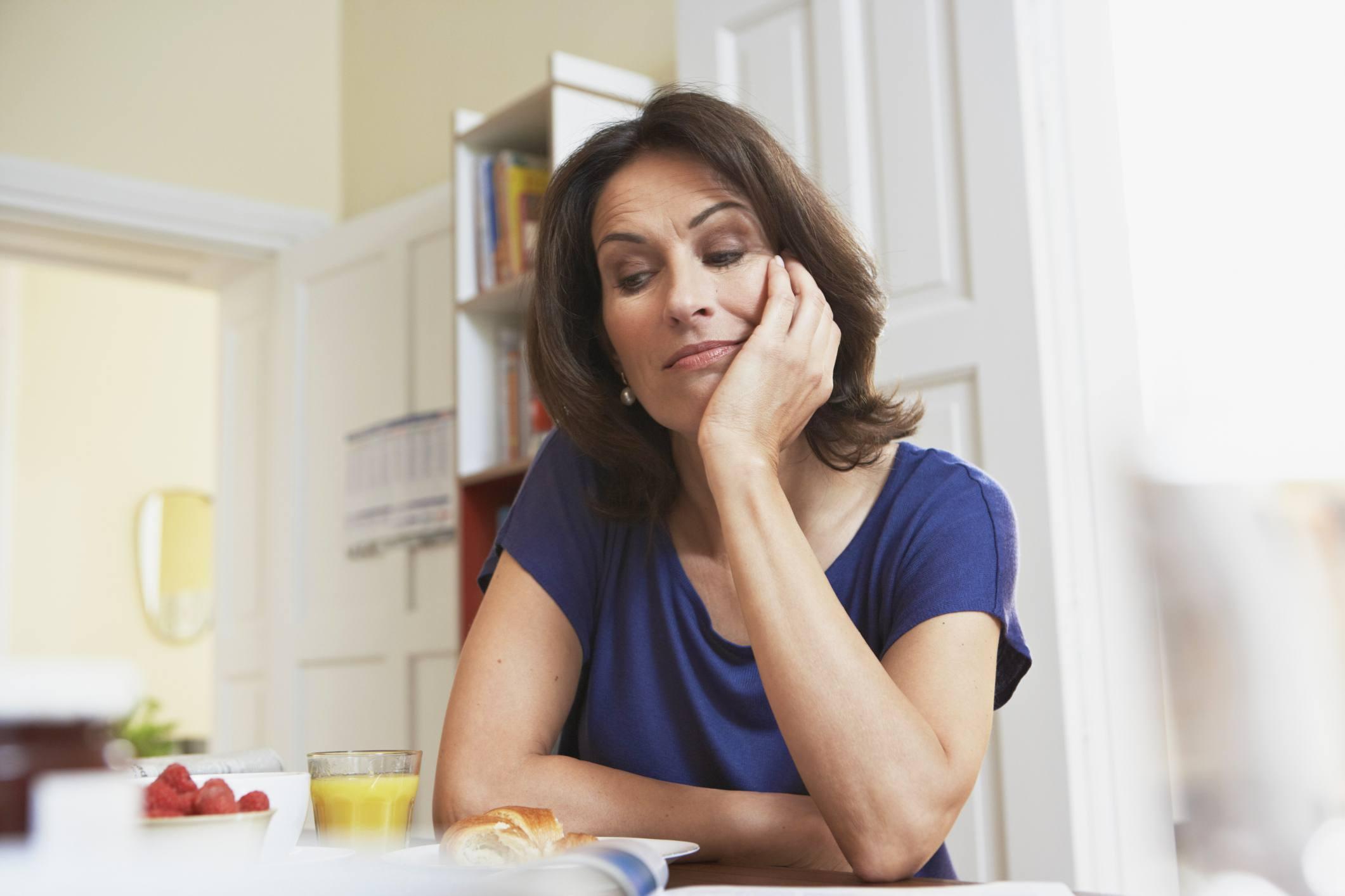 Mujer mirando aburrida, mirando la comida
