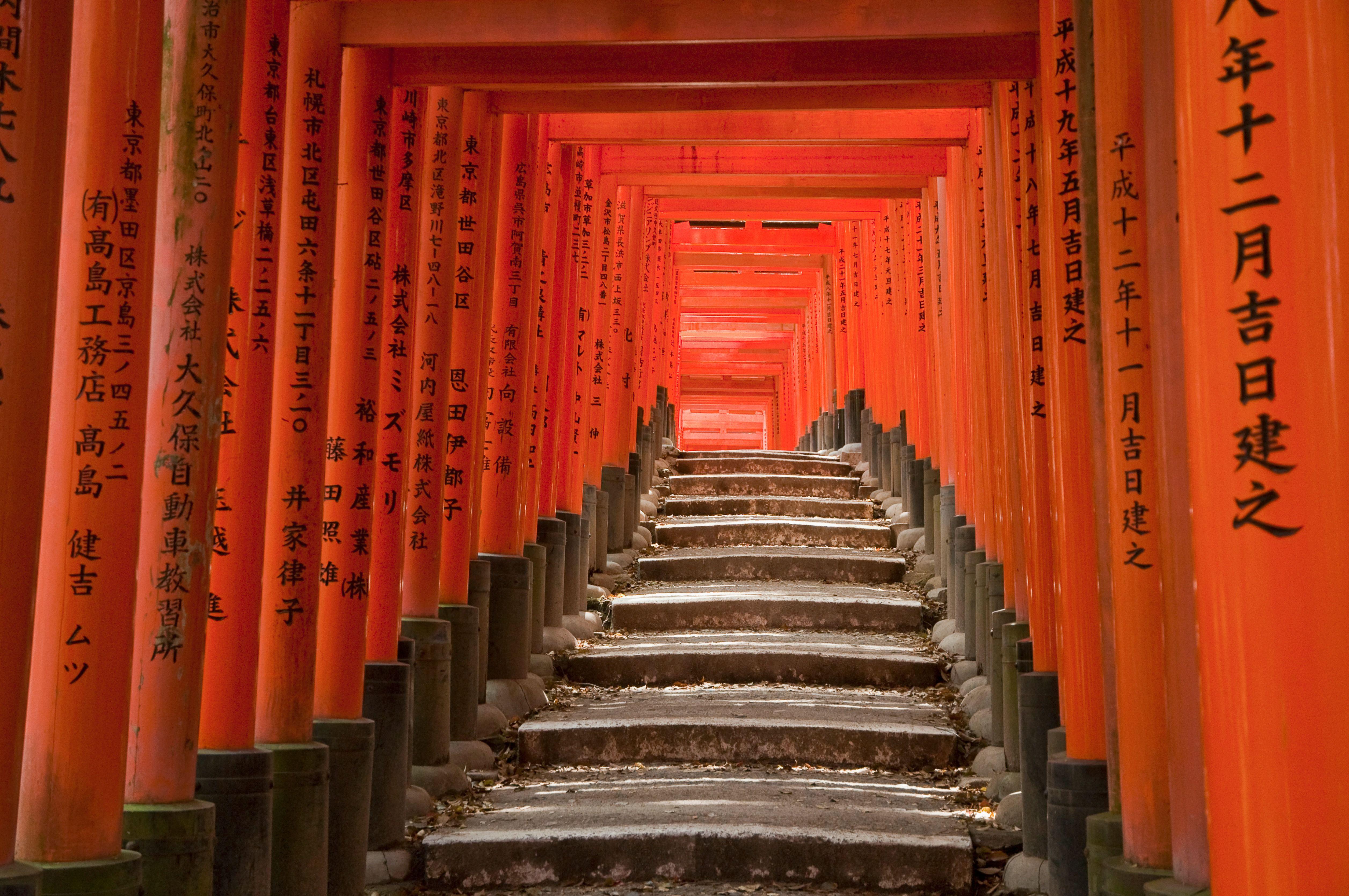 Escalera de columnas en el santuario Fushimi Inari, Kyoto, Japón