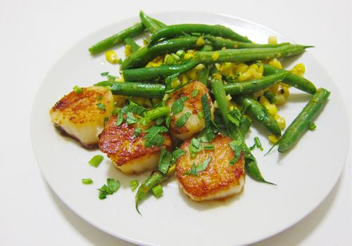 Herby Scallops With Green Beans and Corn