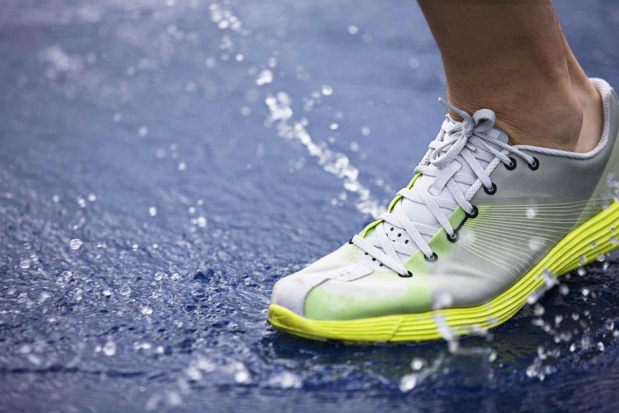zapato para correr salpicaduras de agua
