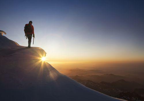 excursionista en la cima de una montaña