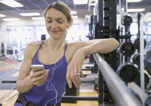Mujer haciendo ejercicio con música
