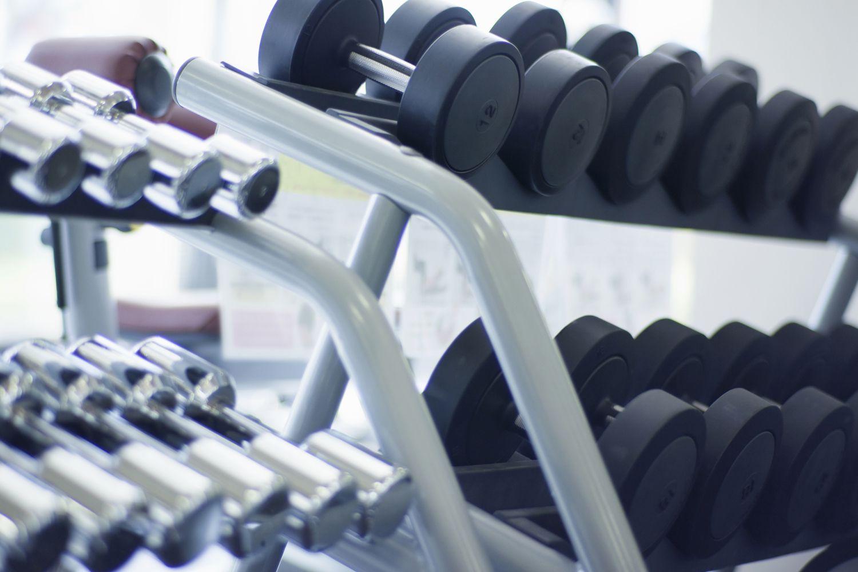 Bastidores de pesas.