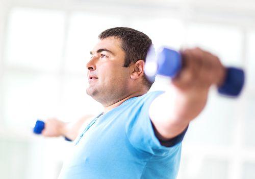 hombre haciendo ejercicio con pesas
