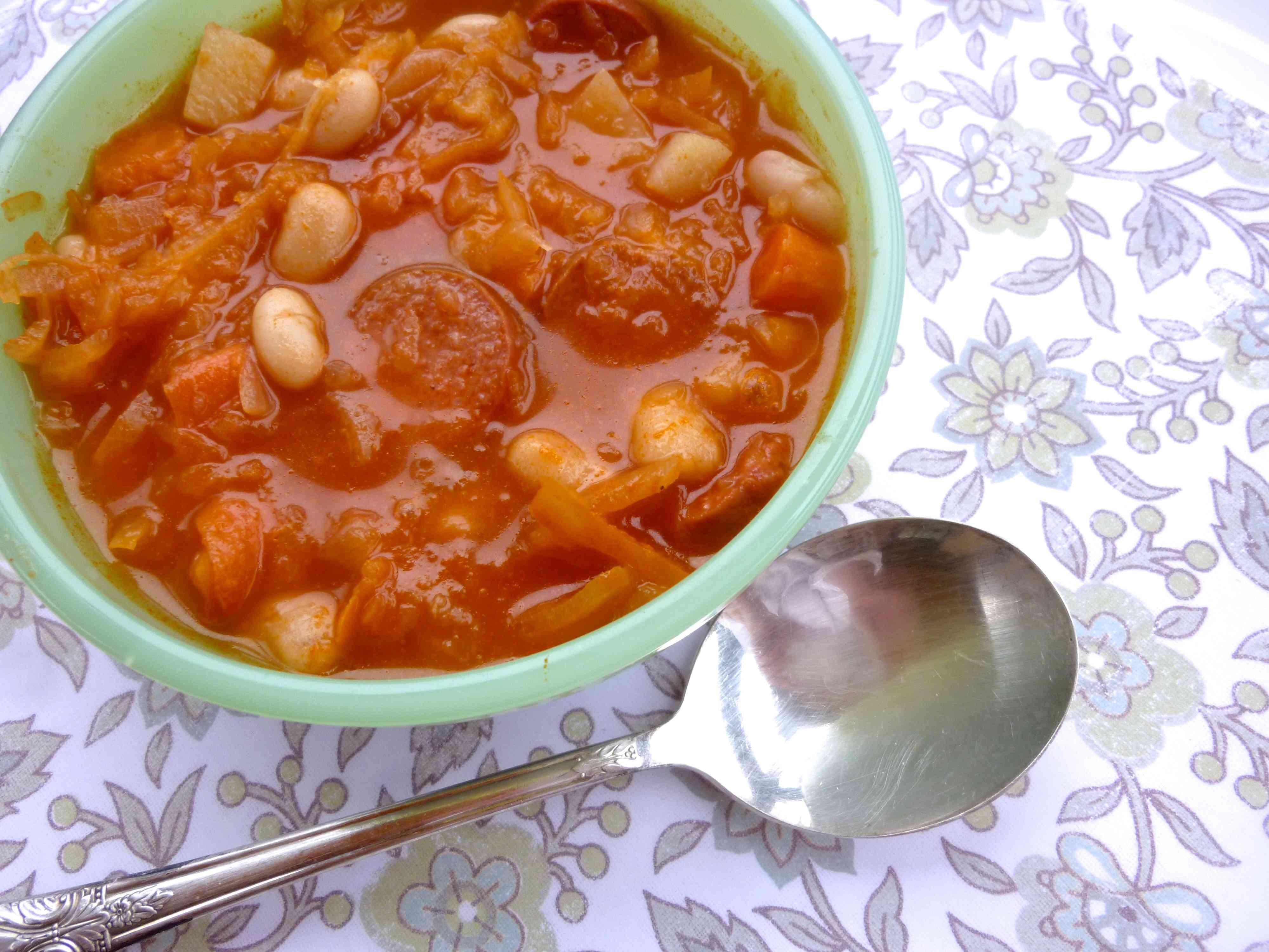 Sopa de frijoles blancos con chucrut alemán rica en probióticos