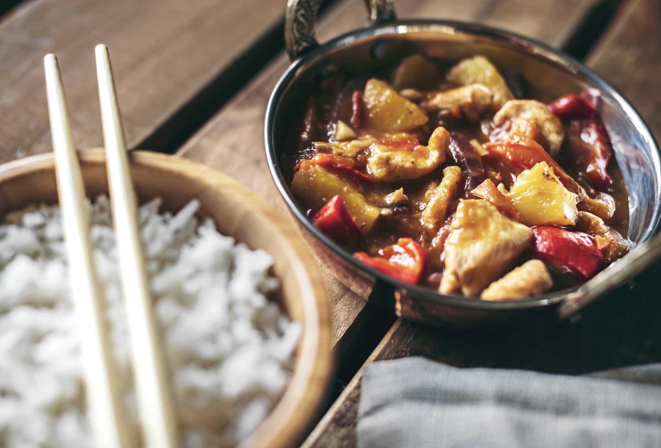 Comida china con salsa marrón