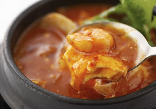 Estofado coreano con camarones en cuchara