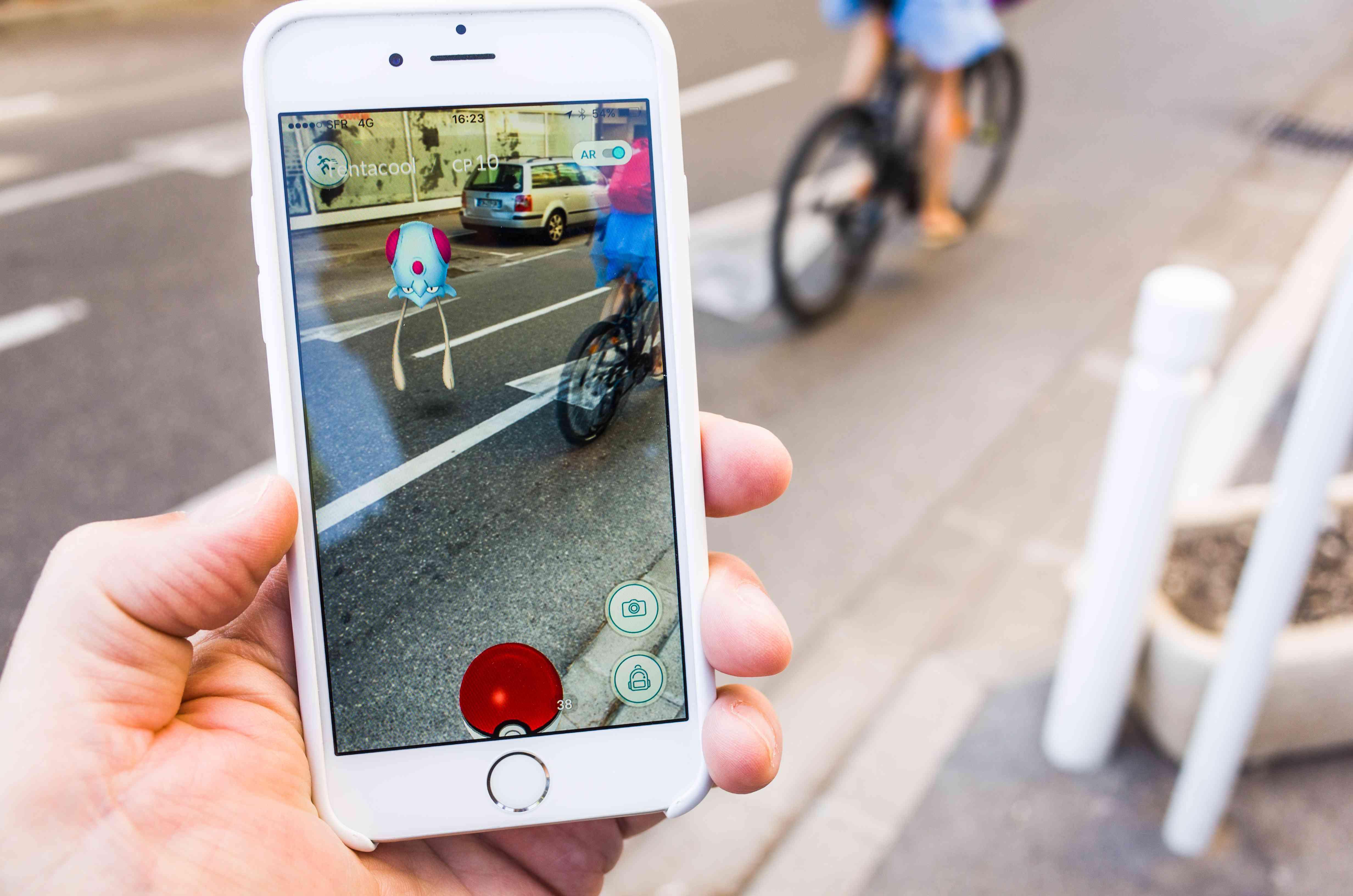Jugando Pokemon Go en la calle