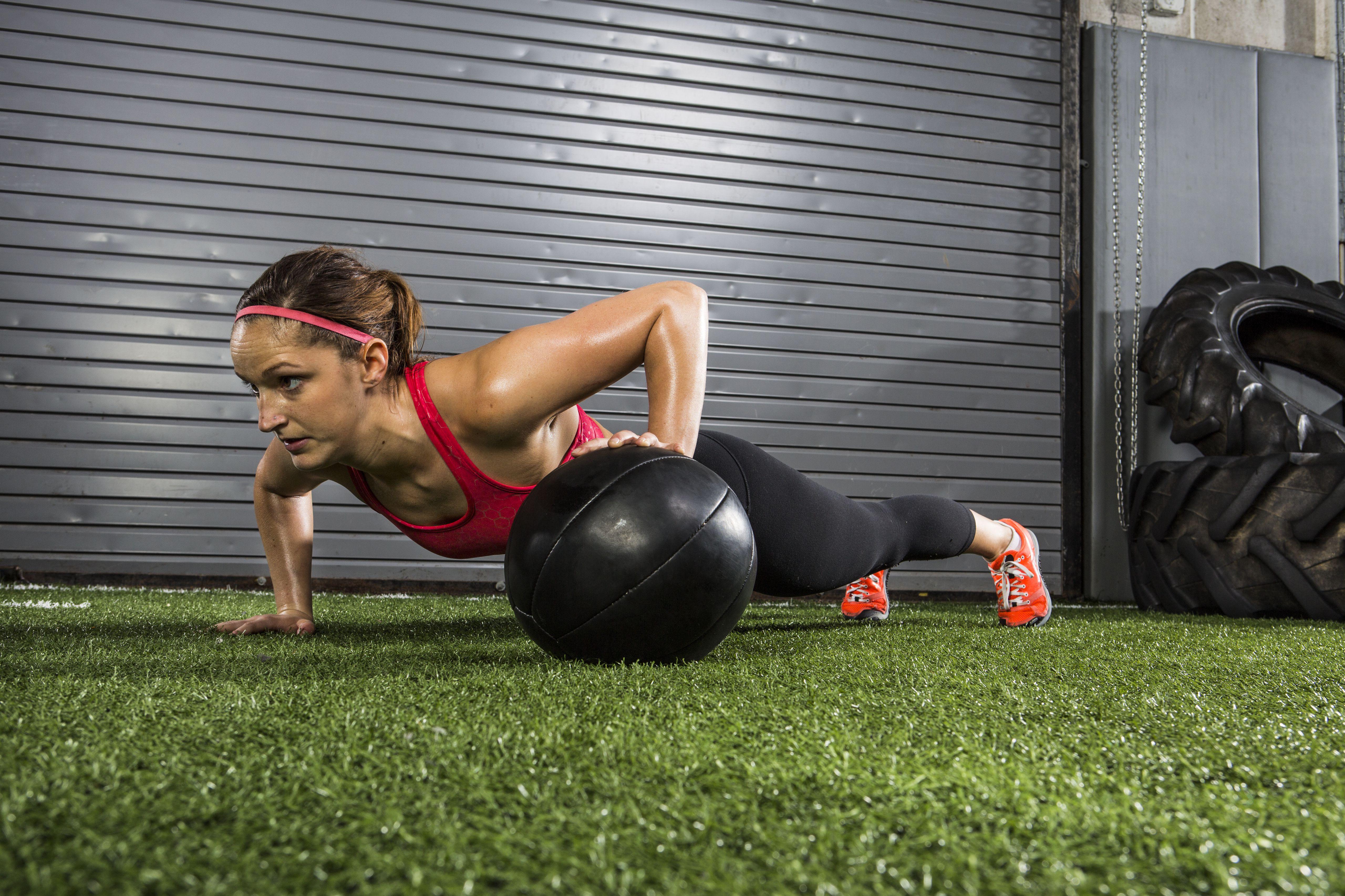 Atleta trabajando con balón medicinal