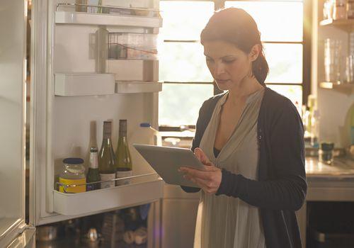 Mujer usando iPad para hacer sus compras de comida en línea