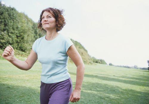Speedwalking de mujer en una zona cubierta de hierba