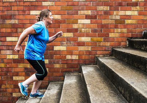 Mujer subiendo escaleras