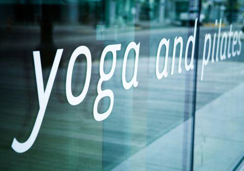 Ventana frontal de estudio de yoga