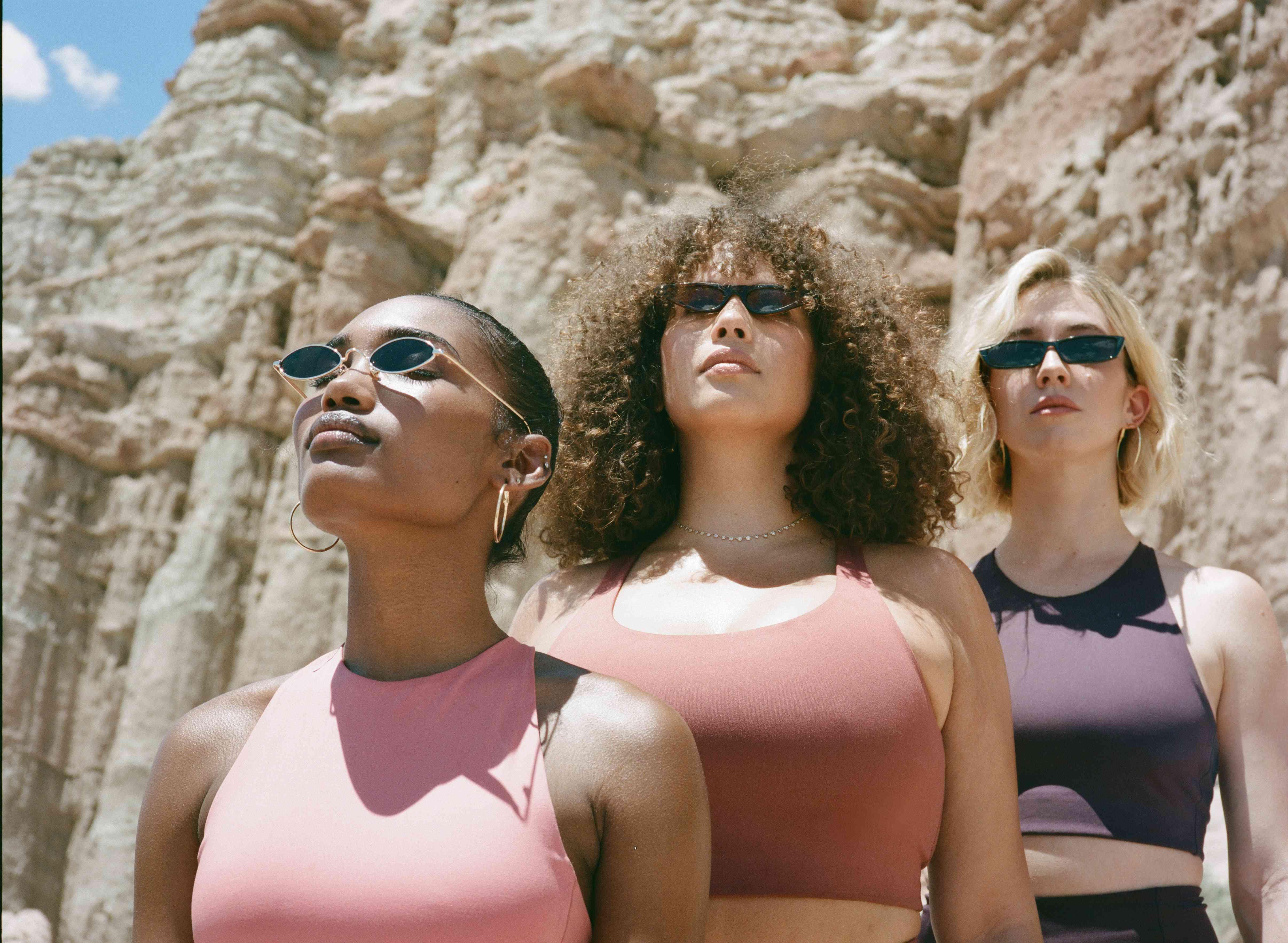 Tres mujeres de diferentes formas y tamaños al aire libre en ropa deportiva