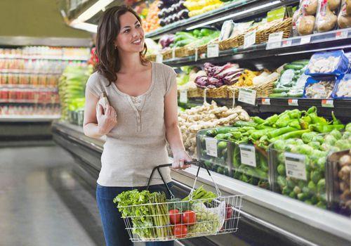 Puede ahorrar dinero y aun así comprar alimentos saludables.