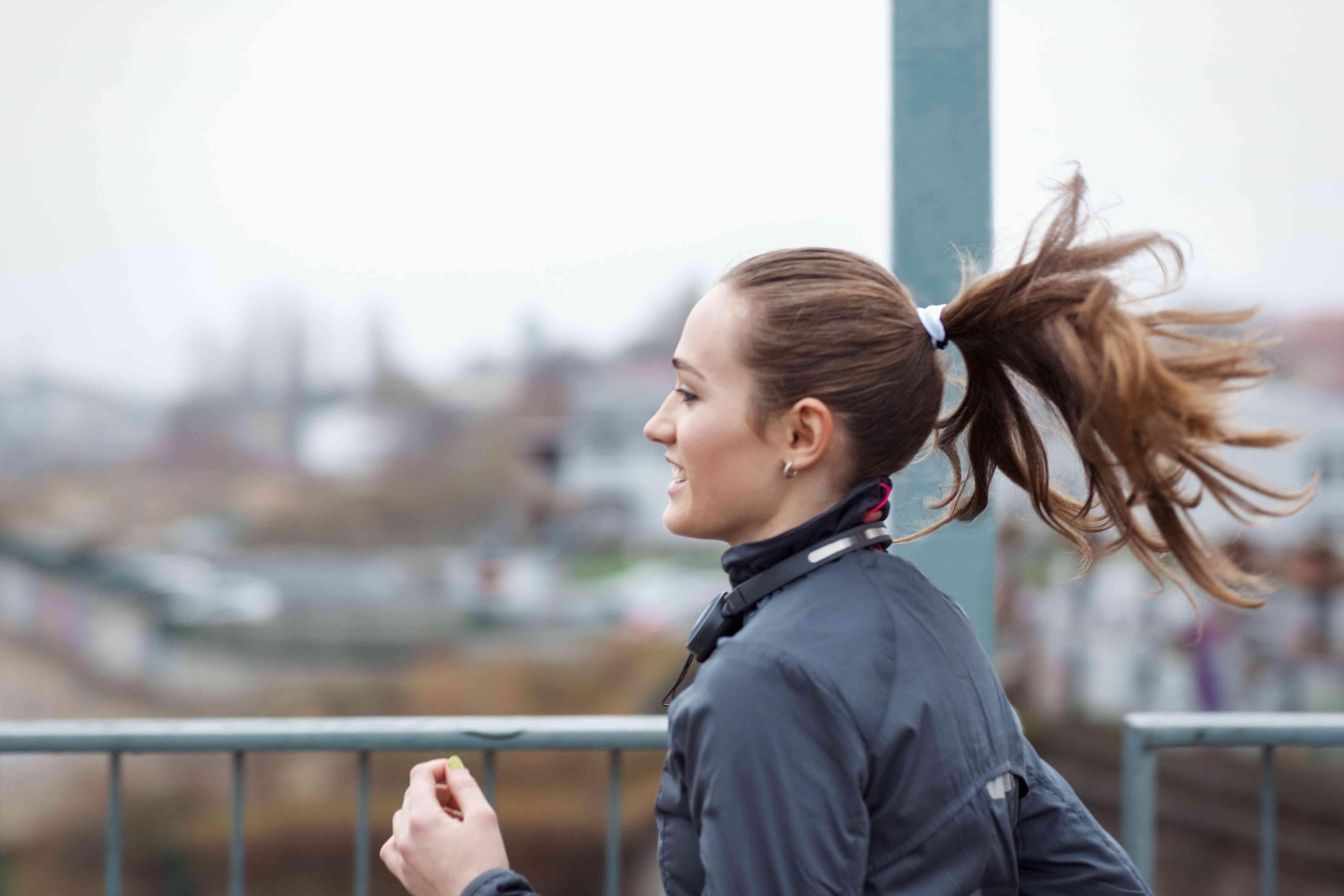 una joven deportista corre por la ciudad