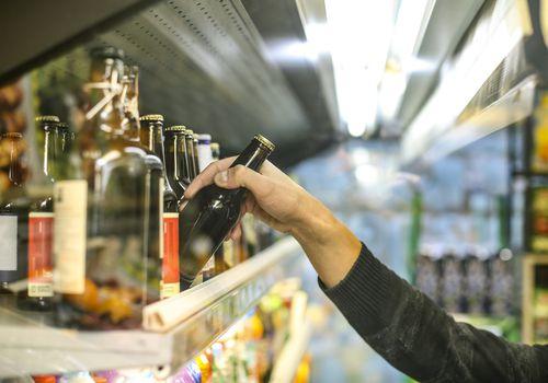 Agarrando una cerveza