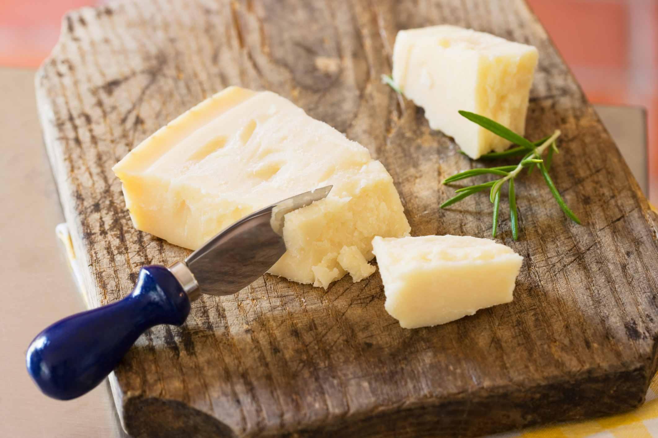 Queso parmesano en una tabla para cortar